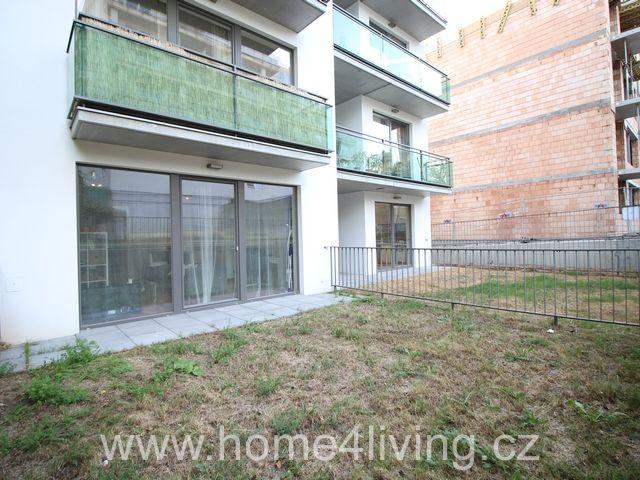 Pronájem nadstandardního bytu 1+kk, Brno - Královo Pole, ul. Božetěchova, zařízený, šatna, nová kuchyňská linka, terasa, zahrada, sprchový kout