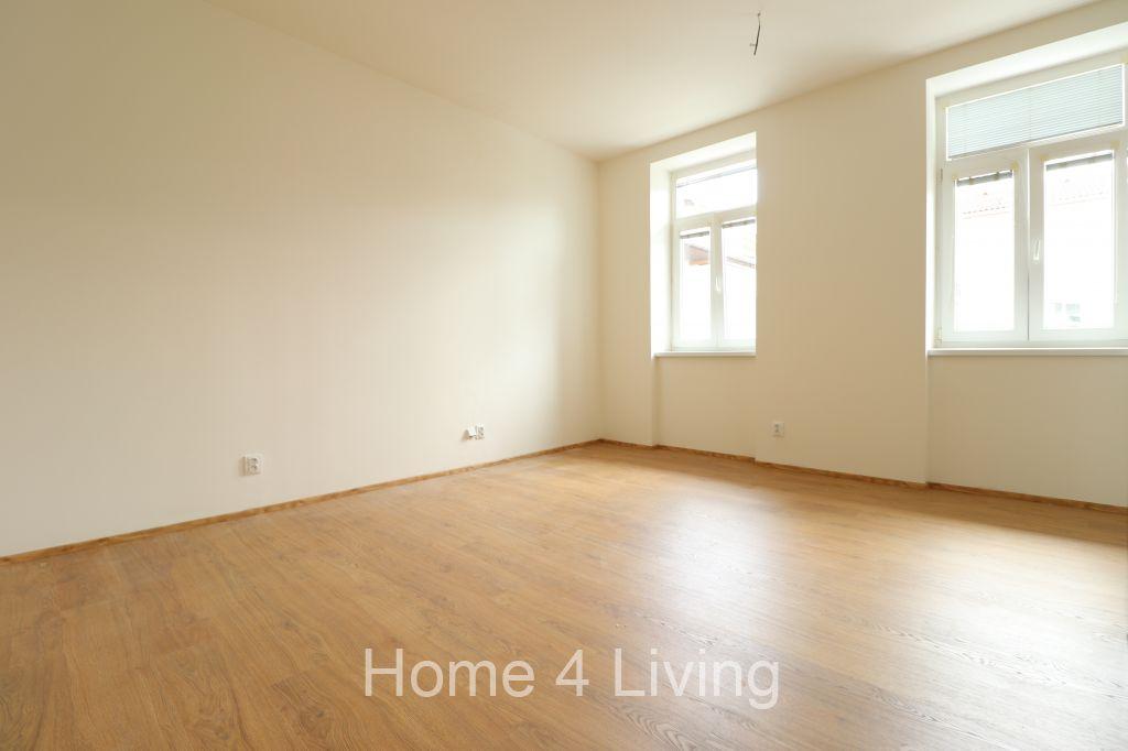 Pronájem bytu 1+kk, nový byt, sklep, pavlačový styl, posezení před bytem, ul. Husovická